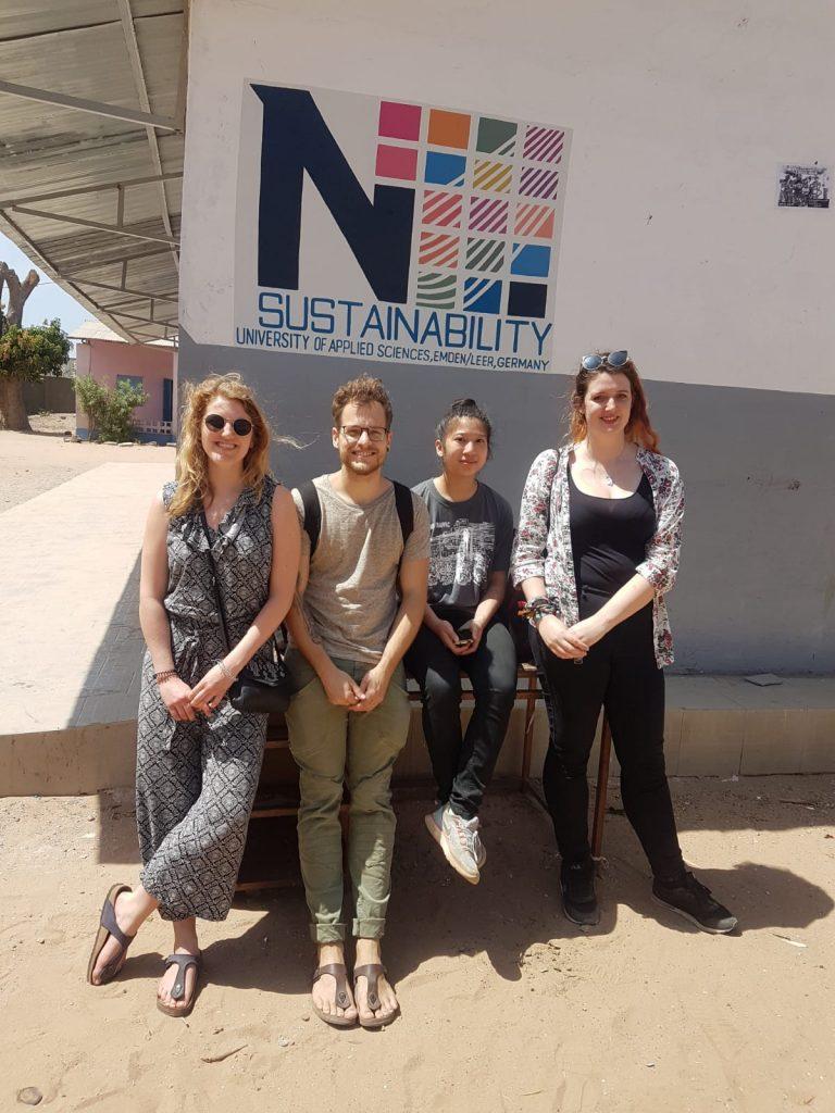 Exkursionsteilnehmer an der Sukuta Lower basic School